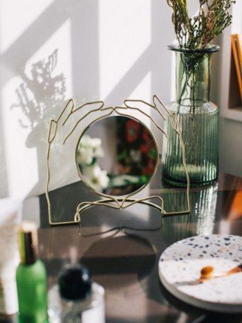 Kéz formájú asztali tükör I